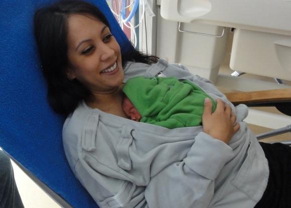 un bimbo appena nato viene posto sul petto della madre